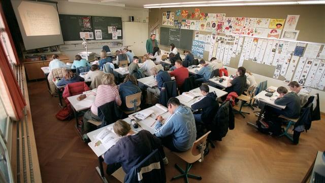 Die Schüler folgen dem Unterricht in ihrem Klassenzimmer.