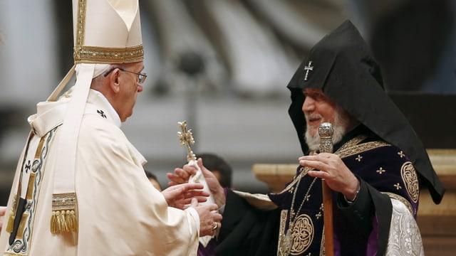Papa Francestg cun in spiritual en vestgì nair durant ina messa