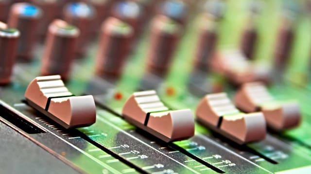 Vom Studio gelangt das Programm von SRF Musikwelle über Digitalradio, Kabel, Satellit oder übers Internet zum Publikum.
