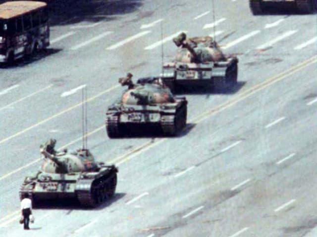 Ein Mann steht alleine vor einer Panzerkolonne (Tian'anmen Platz in Peking 1989)