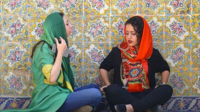 Zwei Frauen mit Hidschab am Plaudern.