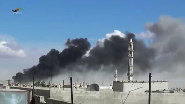 Rauch steigt nach Luftangriffen in der Stadt Talbisah auf.
