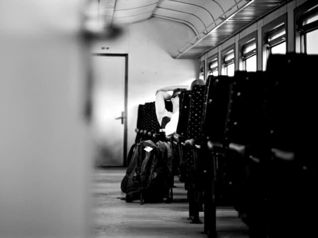Ein Jugendlicher in einem leeren Zugwaggon nach Tiflis.