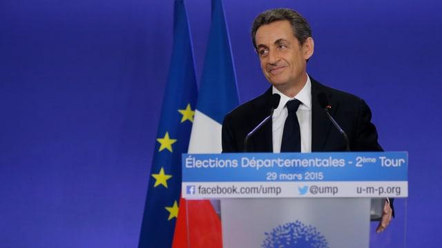 Nicolas Sarkozy vid in pult da referir.
