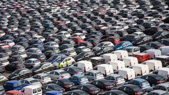 Autos in einem Hafen vor der Verschiffung.