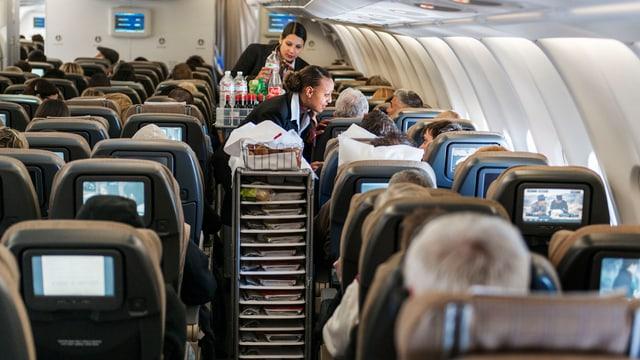 Passagiers en in aviun da la Swiss.