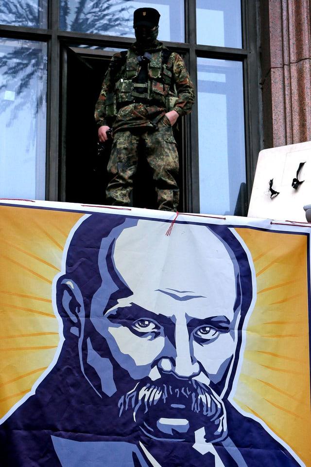Militär steht auf Balkon, darunter BIld des Dichters.