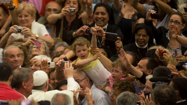 Papst Franziskus in der Menschenmenge