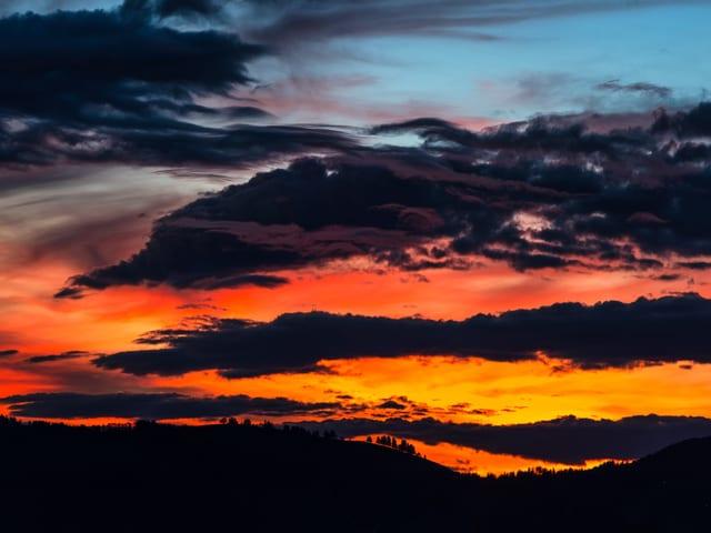 Abendhimmel in blau, gelb und rot mit einigen Wolken.
