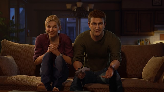 Das Ehepaar auf dem Sofa. Er hat verloren, sie feixt.