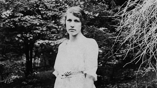 Schwarzweissaufnehme einer Frau im weissen Kleid