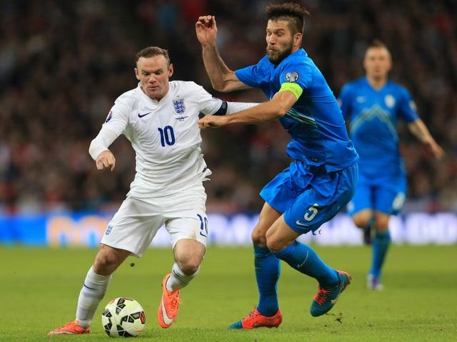 Bostjan Cesar (rechts) im Duell mit Englands Wayne Rooney