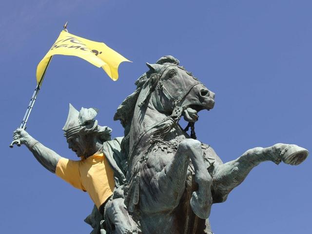 Eine Statue Clermont-Ferrand, dem Startort der 14. Etappe.