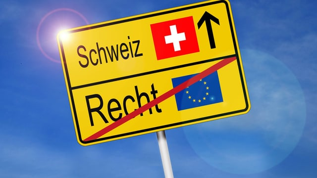 Symbolbild: Schild mit Schweiz und Schweizer Kreuz und EU-Flagge und dem Begriff Recht durchgestrichen.