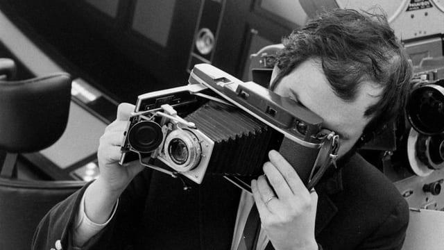 Stanley Kubrick schiesst ein Foto.