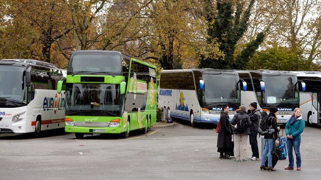 Reiesebusse, wartende Menschen