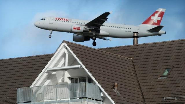 Immer knapp über den Hausdächern. Startende und landende Flugzeuge am Flughafen Zürich.