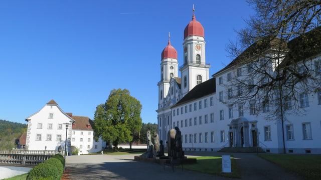 Das Barockgebäude des ehemaligen Klosters St. Urban mit seinen markanten Kirchtürmen.