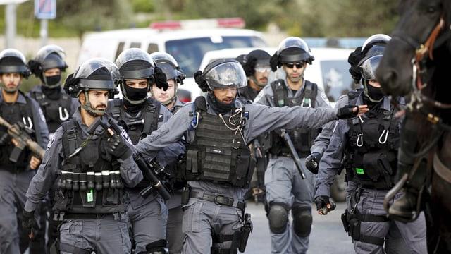 Polizei sichert den Anschlagsort am Eingang zur Altstadt von Jerusalem