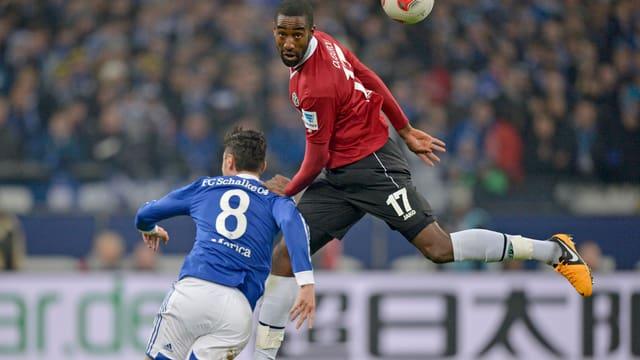 Djourou war gegen Schalke (hier Marica) nicht immer Herr der Lüfte.