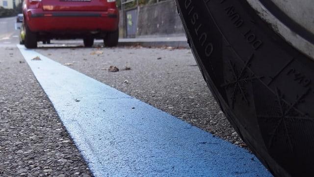 Ein Auto parkiert in der blauen Zone.