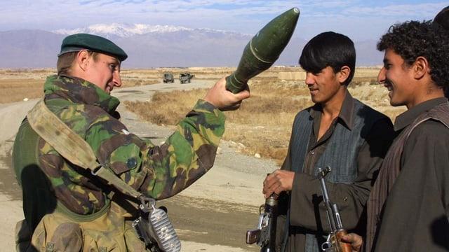 instructur militar britannic declera ina arma a schuldada