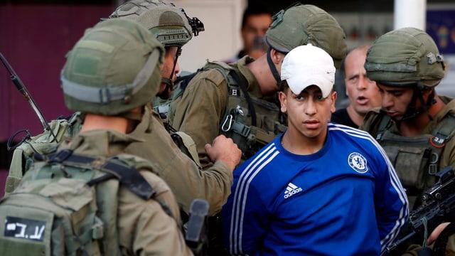 Ein junger Palästinenser wird während Protesten von der israelischen Armee festgenommen.