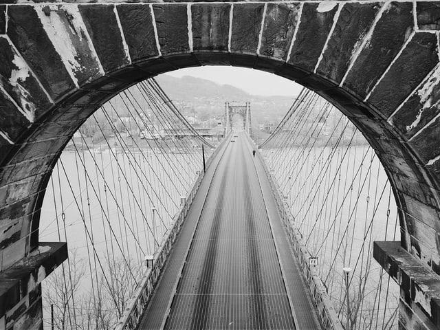 Eine Aufnahme der Wheeling Suspension Bridge in West Virginia in den USA aus einem der Brückenpfeiler.