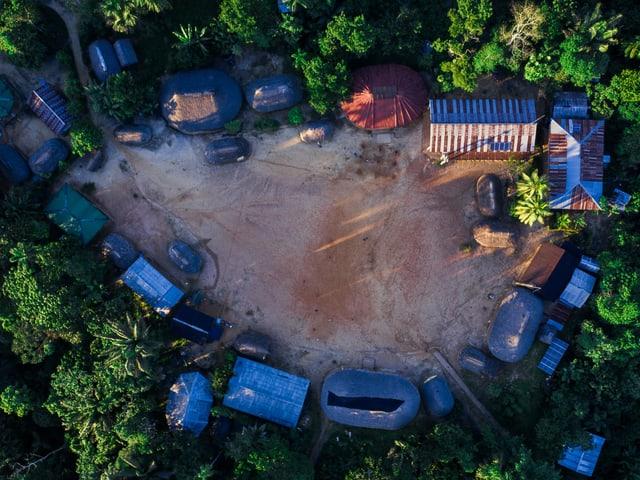 in Dorf, das mit vermutztem Wasser geflutet wurde