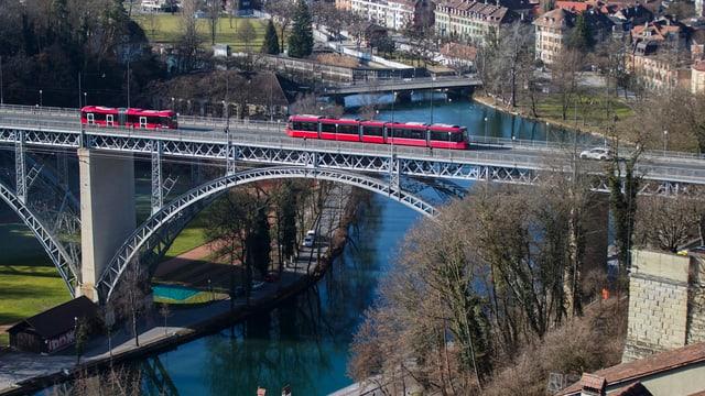 Ein Bus und ein Tram fahren übr die Berner Kirchenfeldbrücke.