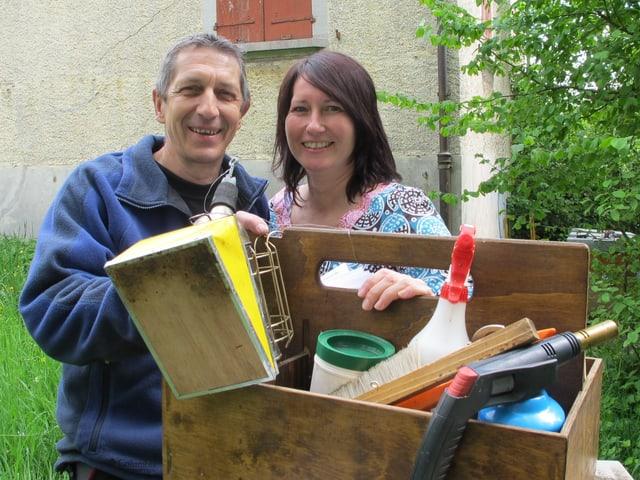 Nicole und René von Arb mit ihrem Werkzeug für die Imkerei.