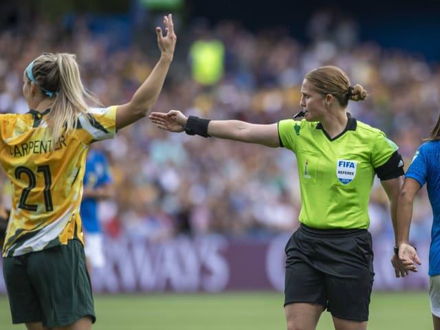 Die Schweizer Schiedsrichterin Esther Staubli (rechts) an der Frauen-WM in Frankreich