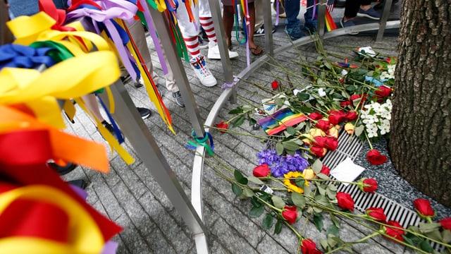 Blumen auf dem Boden in Gedenken an die Opfer von Orlando