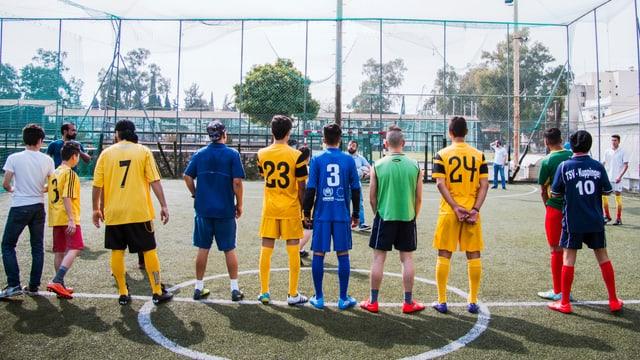 Unbegleitete minderjährige Flüchtlinge spielen Fussball.
