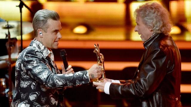 Robbie Williams erhält von Thomas Gottschalk das goldene Reh.