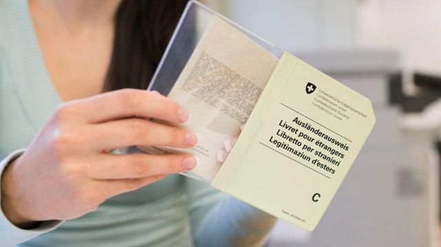 Eine Person hält den C-Ausweis in der Hand.