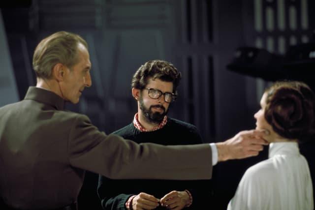 Ein Regisseur und zwei Schauspieler am Filmset