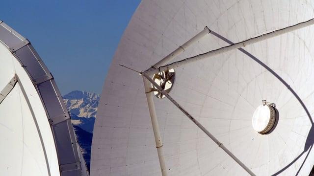 Zwei Satellitenschüsseln in der Schweiz.