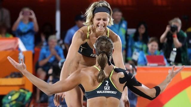 Laura Ludwig e Kira Walkenhorst sa legran da la victoria cunter las Brasilianas Agatha e Barbara.