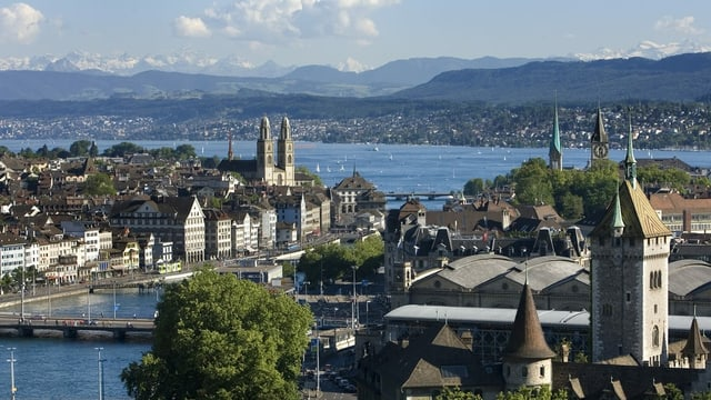 Blick auf die ZürcherAltstadt, den See und die Alpen.