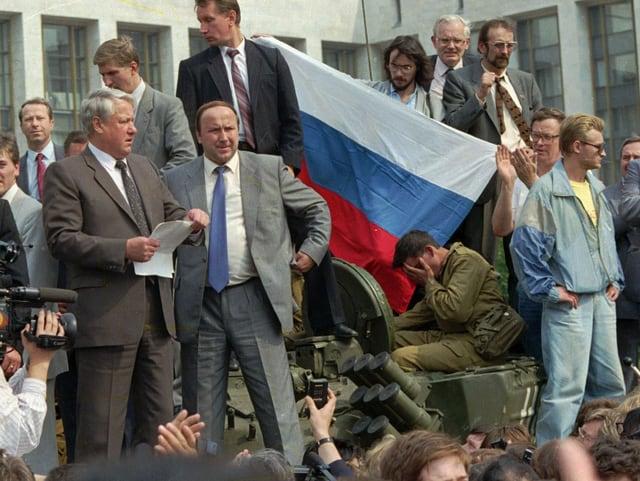 Jelzin vor Demonstranten