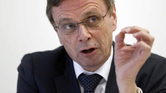 Hans-Jürg Käser, Präsident der Kantonalen Polizei- und Justizdirektorenkonferenz, gestikuliert an einer Pressekonferenz. (keystone)