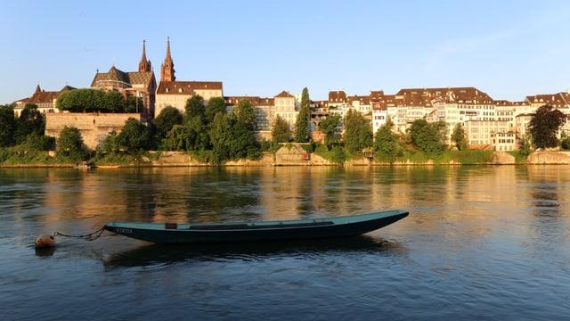 Der morgendliche Rhein bei Basel mit Fähre.