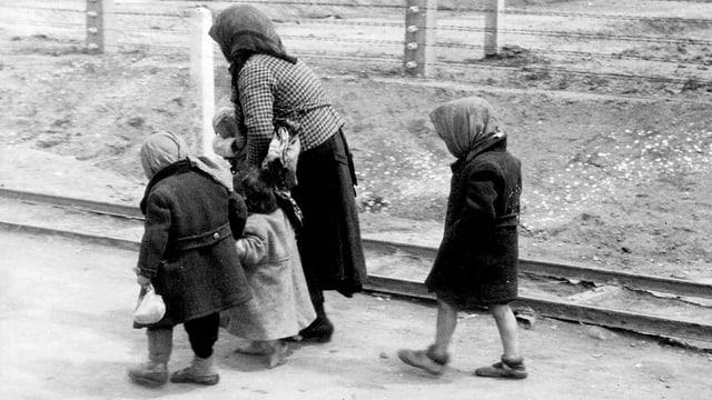 Ungarische Familie auf dem Weg in Konzentrationslager Auschwitz.