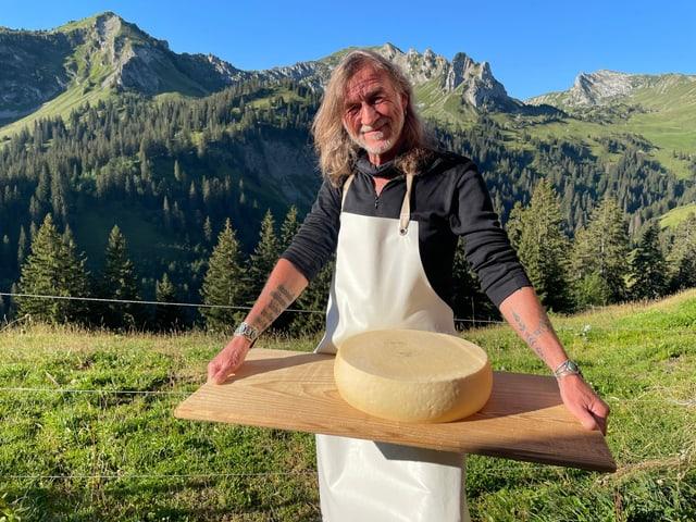Diesen Raclettekäse hat SRF 1-Moderator Ralph Wicki auf der Alp Morgeten produziert. Wir fragten das SRF 1-Publikum: Wie soll der Käse heissen?