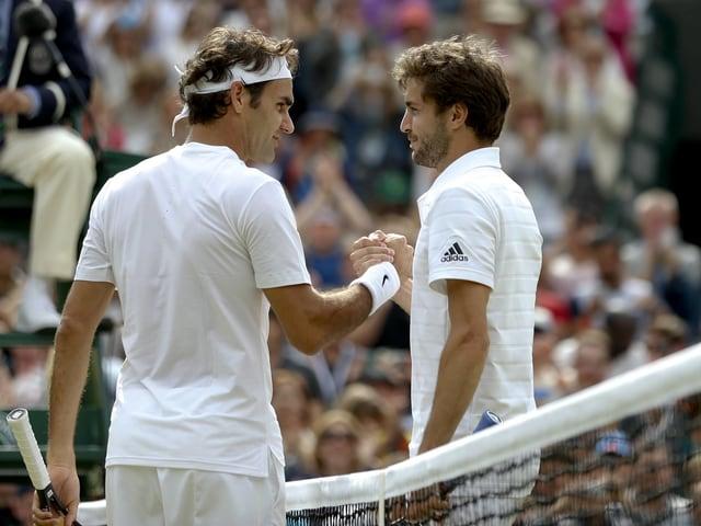 Roger Federer und Gilles Simon bei ihrem letzten Duell 2015 in Wimbledon.