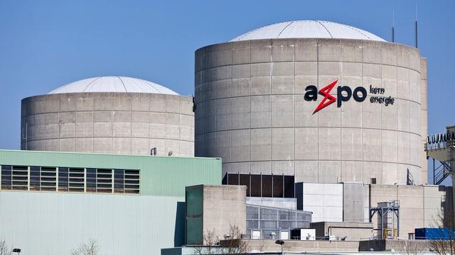 Reaktor I und II des Atomkraftwerks mit Aufschrigt Axpo.