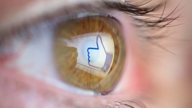 Ein Auge mit einem Gefällt-mir-Daumen von Facebook.