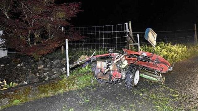 Der Grashochmäher, der in Schänis auf einen Zaun aufgefahren ist.