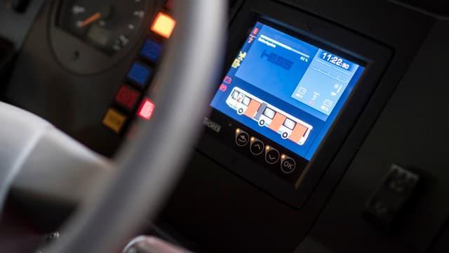 Ein Bildschirm im Cockpit eines Trolleybusses
